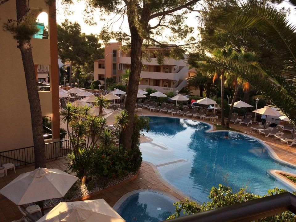 blick vom balkon auf den pool valentin paguera hotel. Black Bedroom Furniture Sets. Home Design Ideas