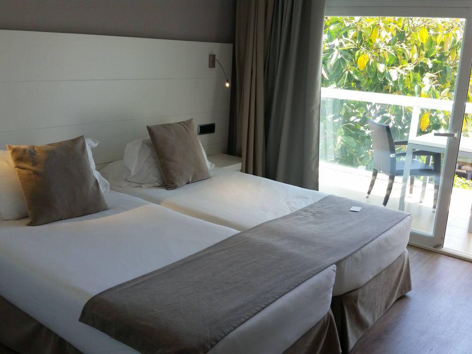 bett u balkon zimmer 212 las gaviotas suites hotel platja de muro playa de muro. Black Bedroom Furniture Sets. Home Design Ideas