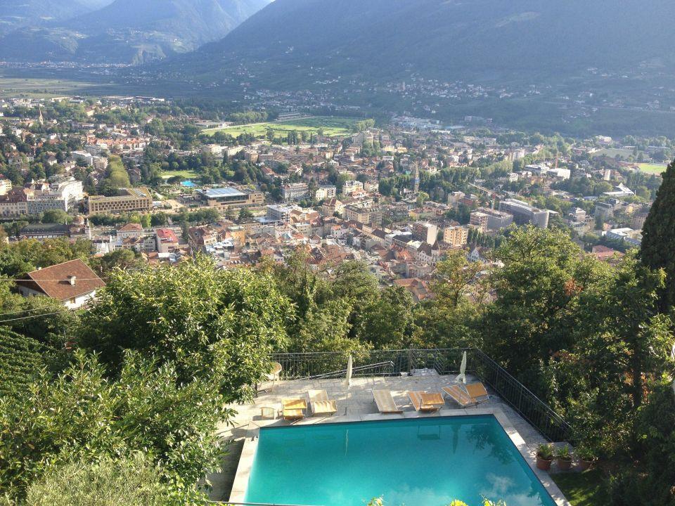 Blick von der Terrasse zum Pool Hotel Panorama