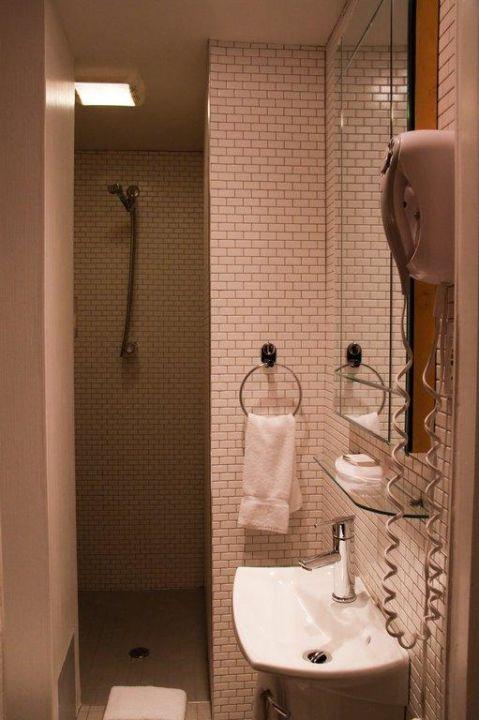 """Bild """"Sehr schmaler Durchgang zur Dusche"""" zu Auberge Place d'Armes in Quebec City"""