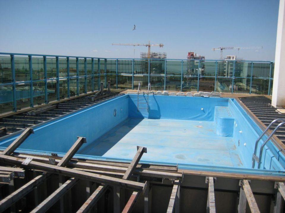 hotel mit schwimmbad auf dem dach wohndesign. Black Bedroom Furniture Sets. Home Design Ideas