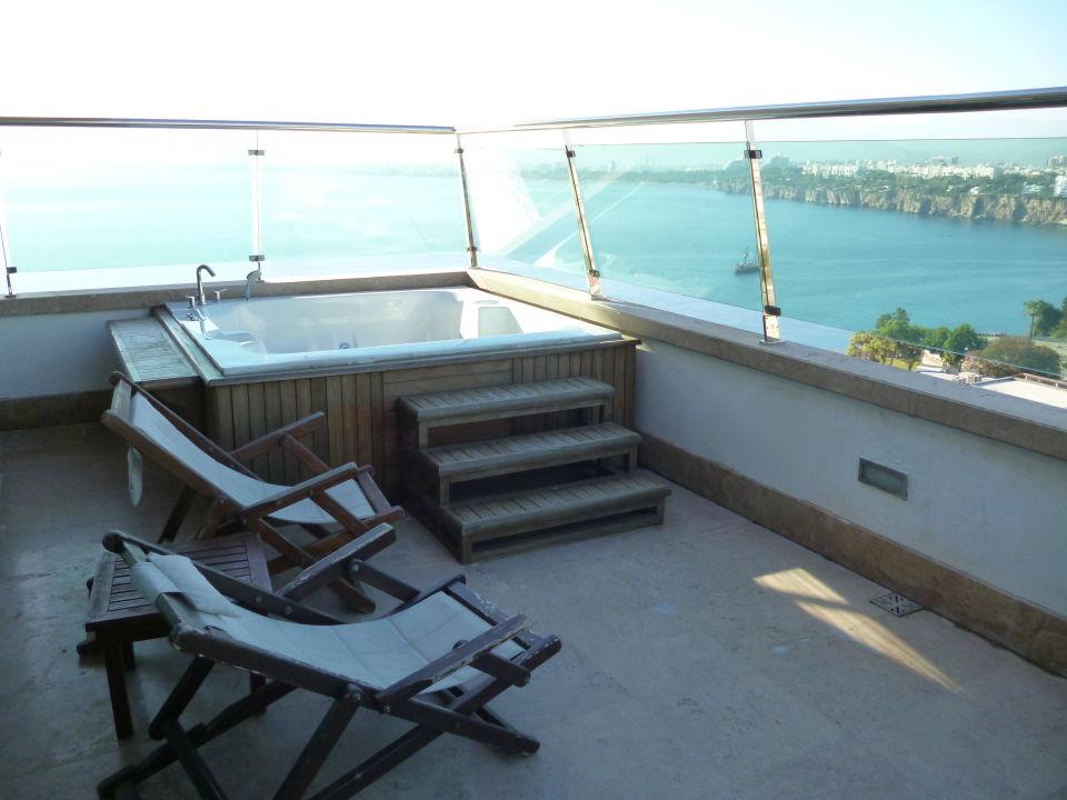 balkon mit jacuzzi ramada plaza antalya antalya holidaycheck t rkische riviera t rkei. Black Bedroom Furniture Sets. Home Design Ideas