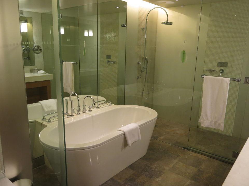 Badezimmer mit freistehender Wanne und Dusche\