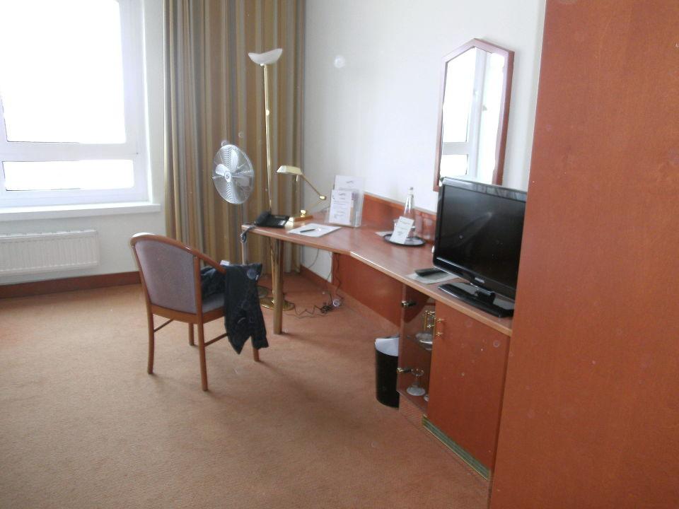 Bild schreibtisch mit tv zu hotel am terrassenufer in for Schreibtisch 2 meter lang