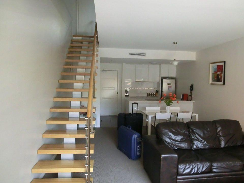 Wohnzimmer/Küche Treppe zu Schlafzimmern\