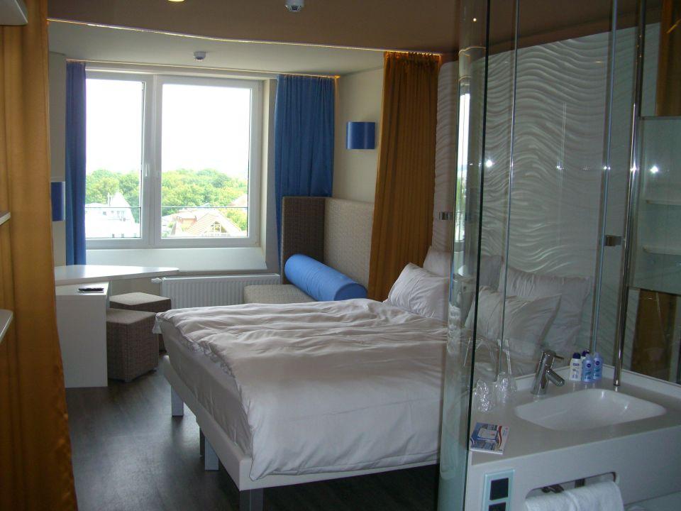 Zimmer 928 mit bett und rechts bad a ja warnem nde das for Aja resort warnemunde suite