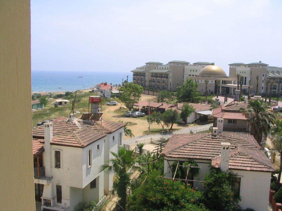 Blick auf den Weg zum Strand (vom Hoteldach) Diamond Beach Hotel & Spa