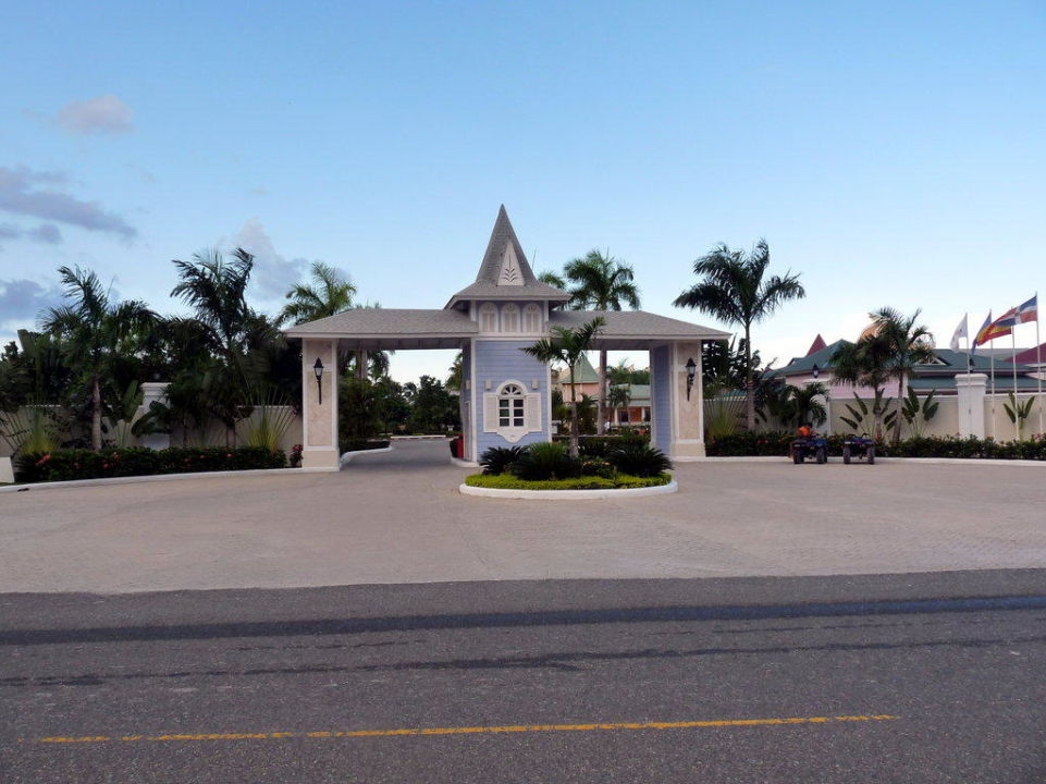 Eingang zum Hotelkomplex Grand Bahia Principe El Portillo