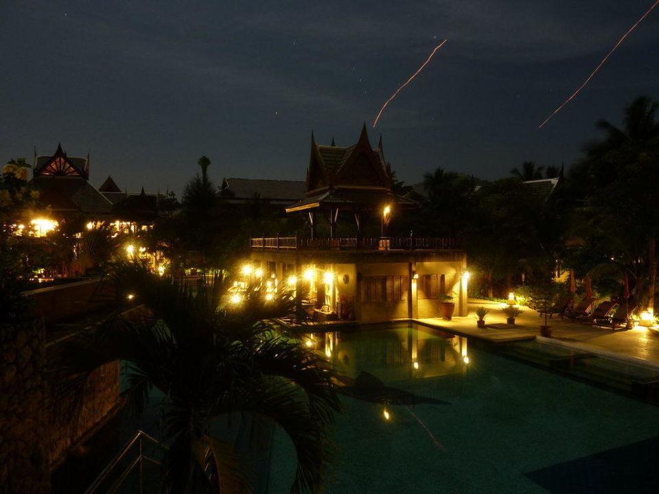 Hotelanlage bei Nacht Hotel Mukdara Beach Villa & Spa Resort