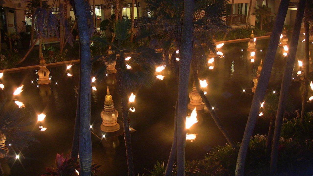 Hotelanlage bei Nacht JW Marriott Phuket Resort & Spa
