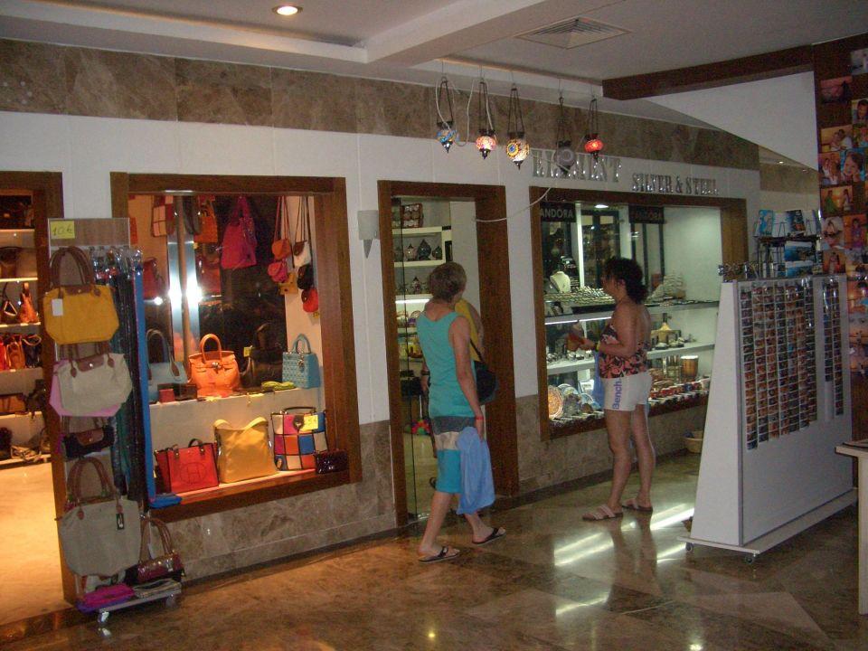 d81b57032d6cd Taschen- und Souvenir-Shop in der Anlage