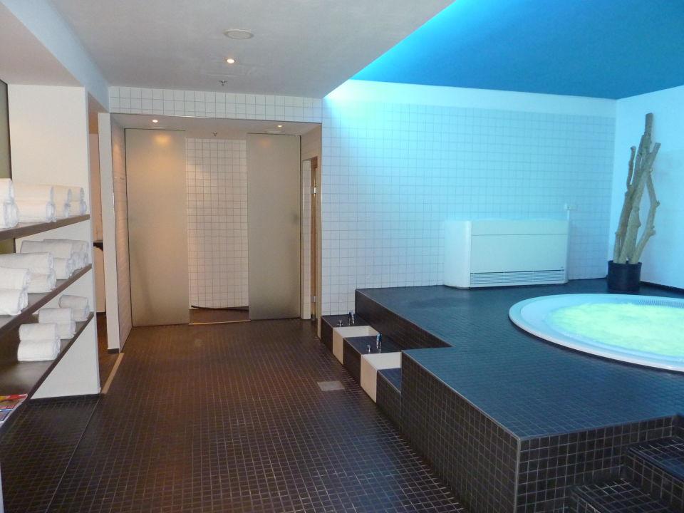 Sauna und Wellnessbereich mit Jakuzzi\