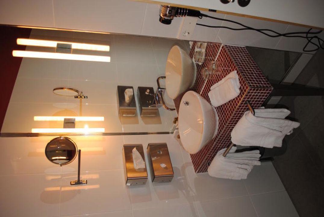 bild gepflegtes und gro es bad zu hotel santo in k ln. Black Bedroom Furniture Sets. Home Design Ideas