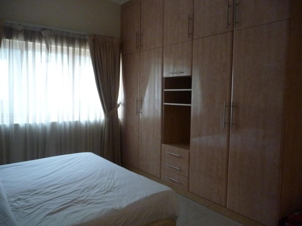 Schlafzimmer mit großer Schrankwand Al Barsha Hotel Apartments