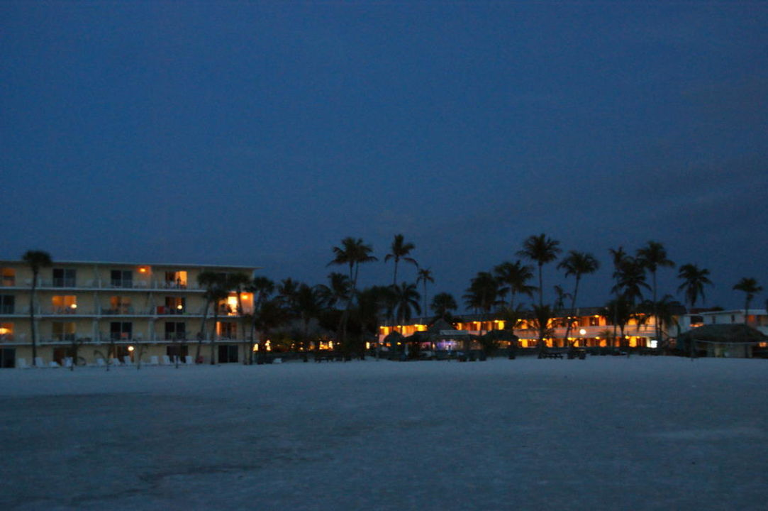 Vom Meer aufs Hotel in der Dämmerung Hotel Outrigger Beach Resort