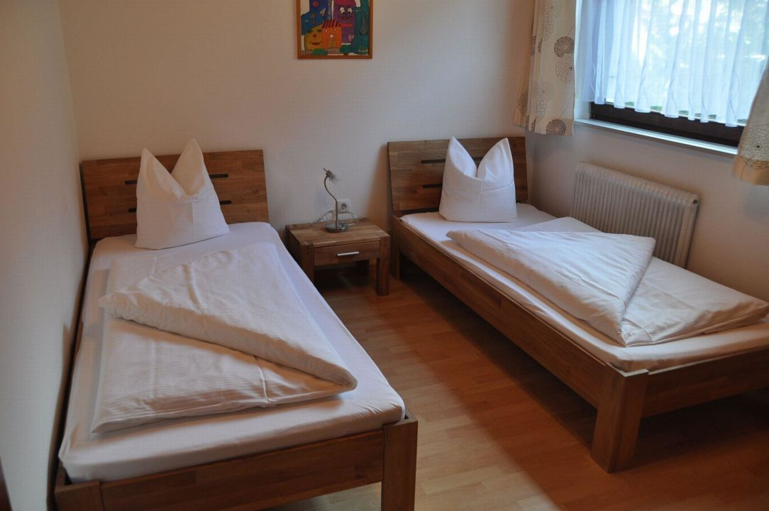 Schlafzimmer mit getrennten Betten\