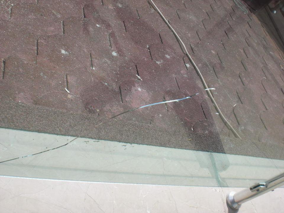 Kaputte Glasscheibe auf Balkon Sultan Sipahi Resort