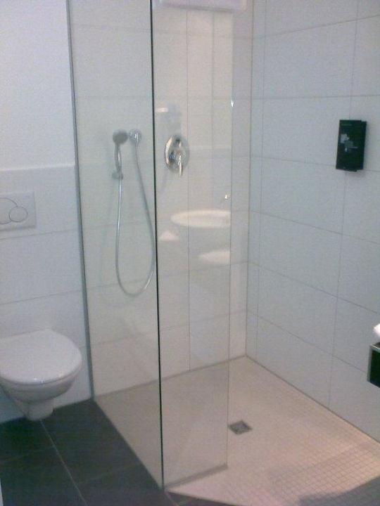 Begehbare dusche allg uhotel memmingen nord memmingen for Fliesenspiegel bad