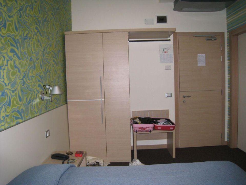 Kleiderschrank und Eigangstür Key Hotel
