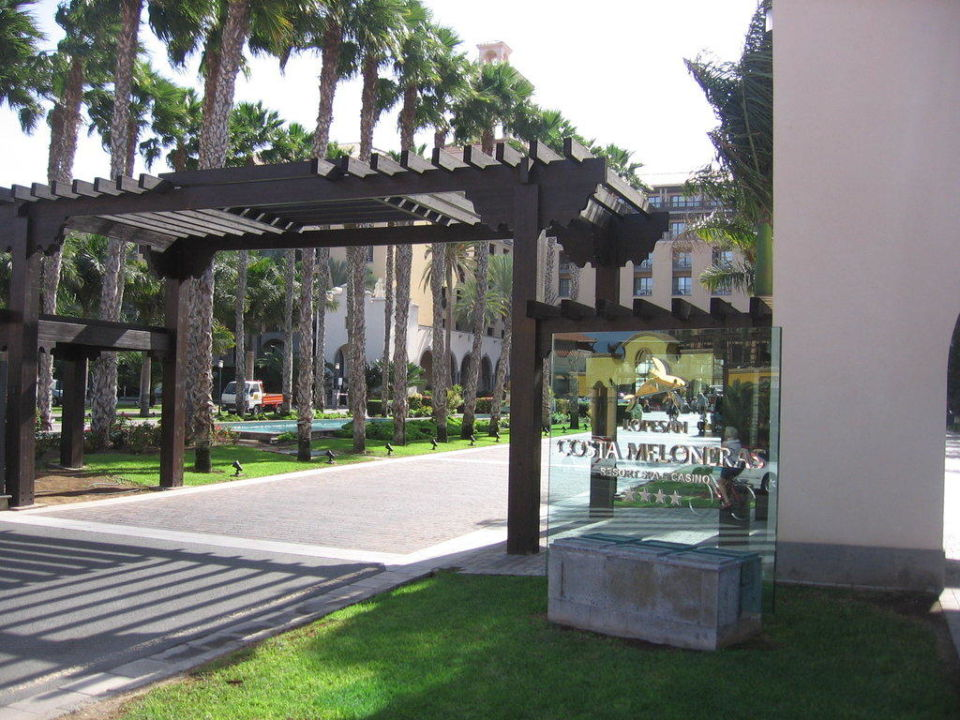 Atemberaubende Einfahrt zum Hotel Lopesan Costa Meloneras Resort, Spa & Casino