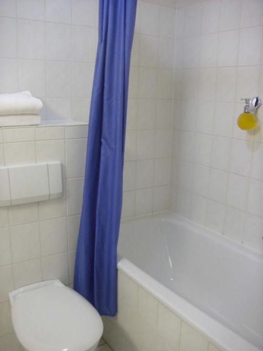 Badezimmer mit Wanne / Dusche\