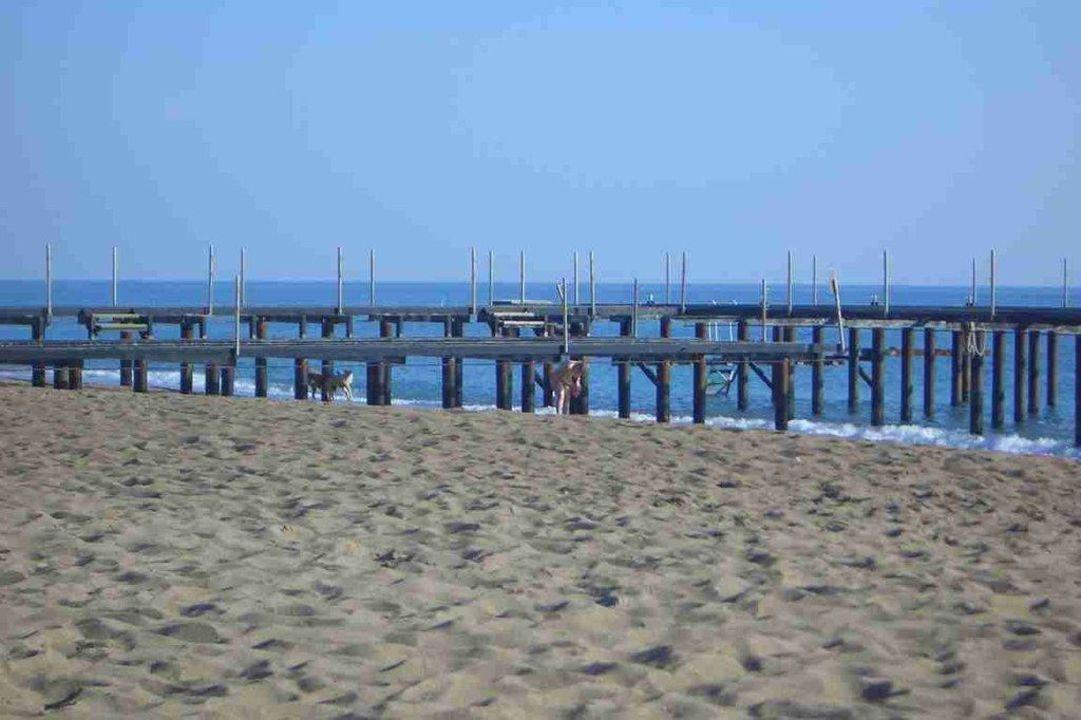 Hier steht im Sommer die Bar über dem Meer Hotel Delphin Diva