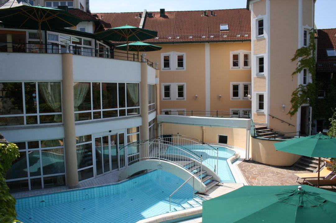 Bick auf den Außenpool Columbia Hotel Bad Griesbach