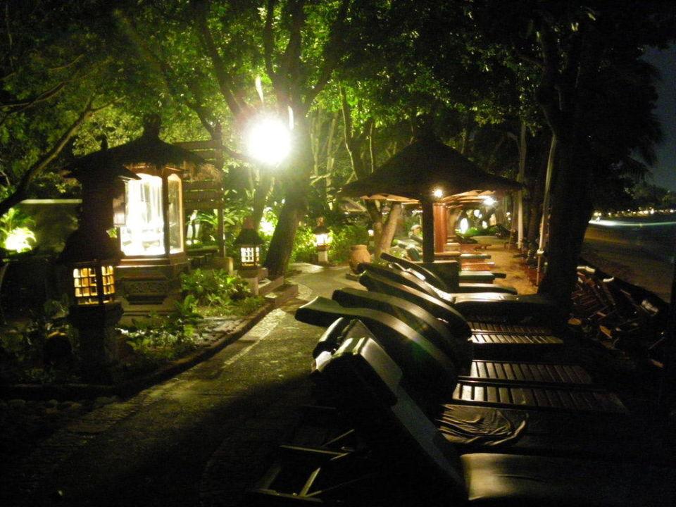 Weg am Strand bei Nacht Melia Bali