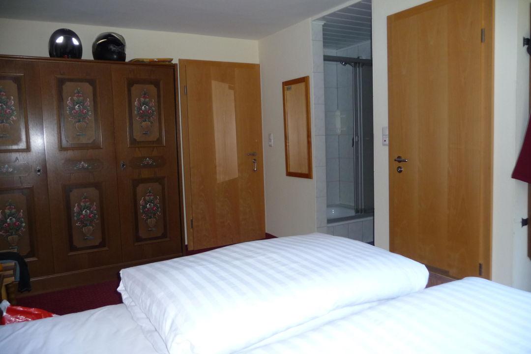 bild doppelzimmer mit duschnische zu hotel waldfrieden. Black Bedroom Furniture Sets. Home Design Ideas