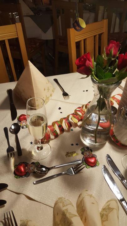 Tisch dekoration von silvester landhotel zum singenden musikantenwirt regen holidaycheck - Dekoration silvester ...