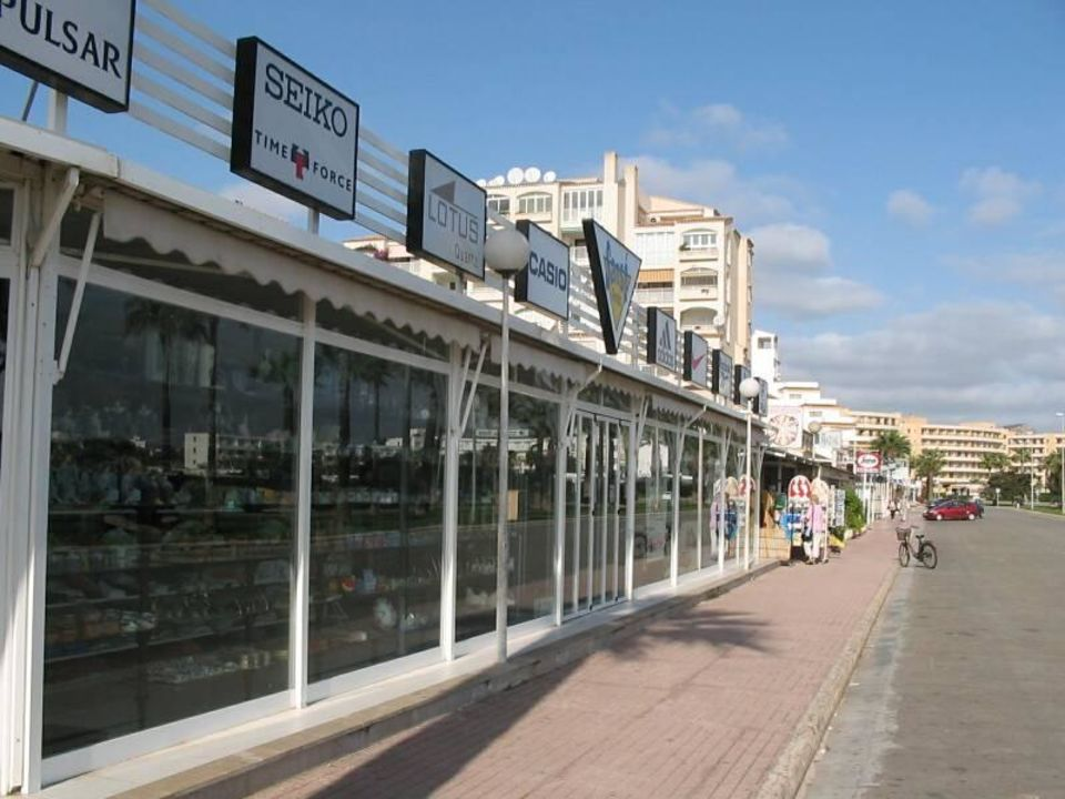 Geschäfte-Im Hintergrund das Hotel allsun Hotel Orient Beach