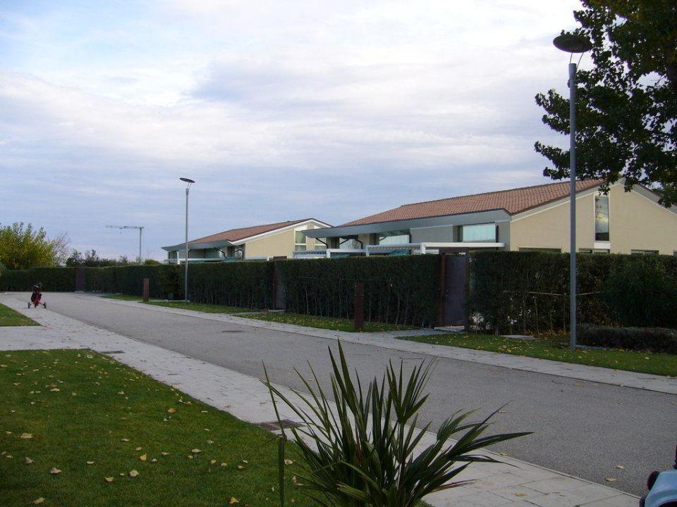 Blick von der Rezeption zu den Villen. Hotel Riviera Golf Resort