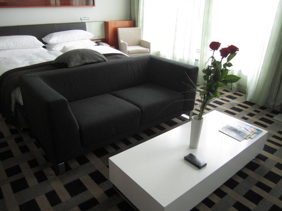 King size bett mit couch davor intercontinental berlin for Bett mit couch