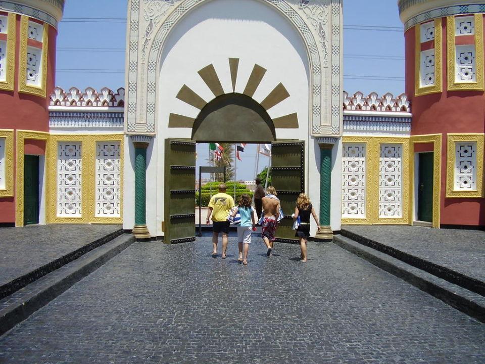 Před hotelem Alf Leila Wa Leila