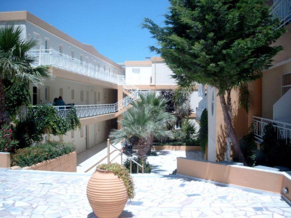 Innenhof Hotel Eri Beach & Village