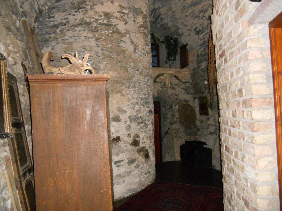 Im Keller Weg Zur Sauna Und Bar Hotel Schloss Thannegg Moosheim