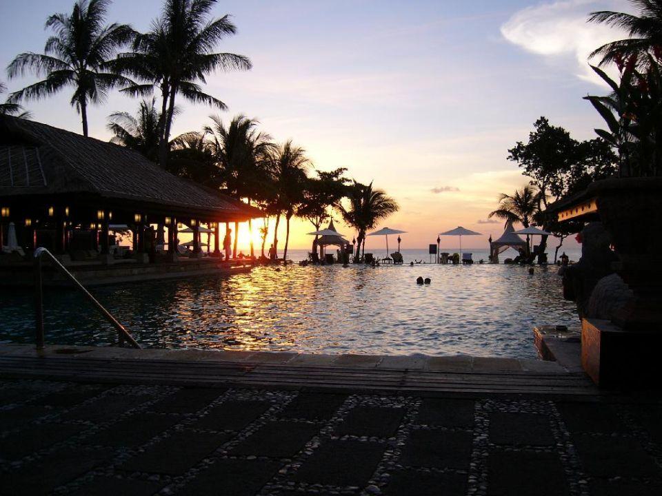 Sonnenuntergang am Pool InterContinental Bali Resort