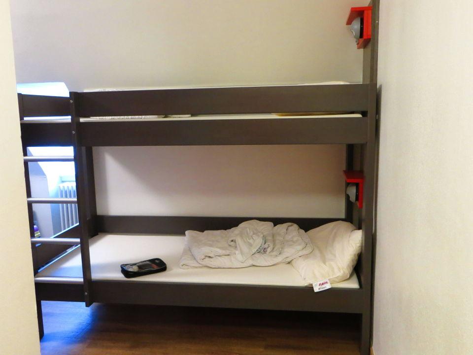 Etagenbetten Für Jugendherbergen : Moderner dachboden mit etagenbetten in der jugendherberge