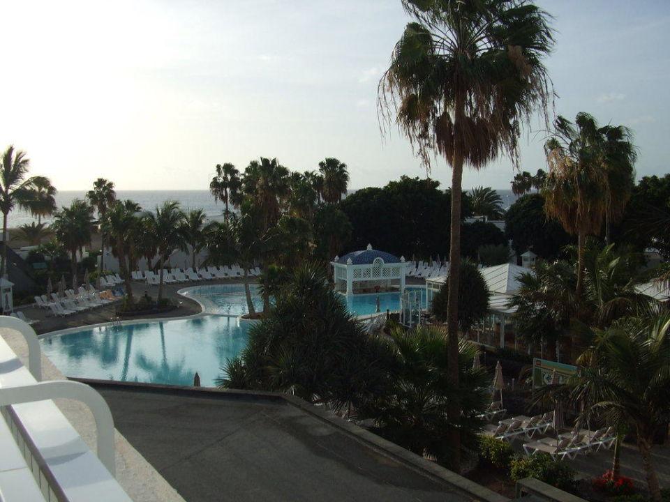 Blick über den ruhigeren Pool Hotel Riu Paraiso Lanzarote Resort