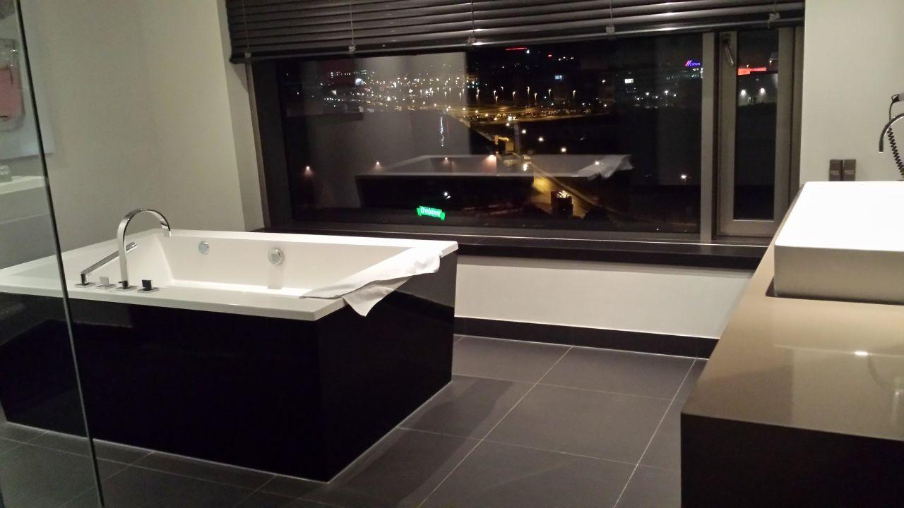 badezimmer der suite hotel van der valk airporthotel. Black Bedroom Furniture Sets. Home Design Ideas
