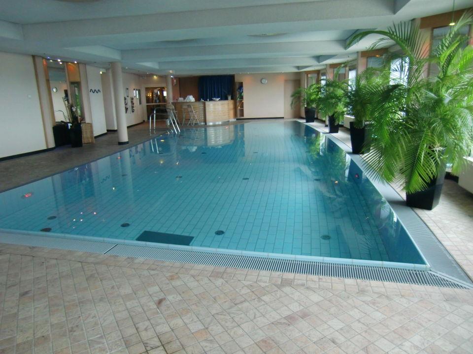 pool mit farbiger led beleuchtung maritim hotel frankfurt frankfurt am main holidaycheck. Black Bedroom Furniture Sets. Home Design Ideas