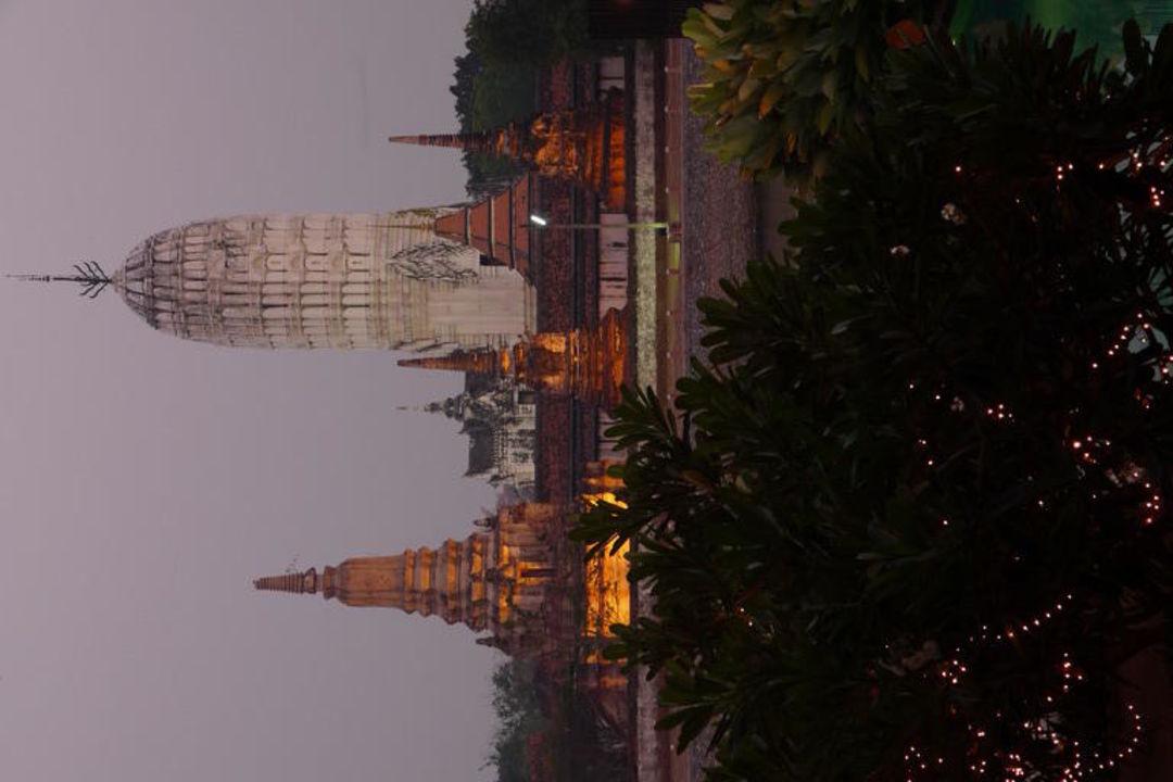 Blick auf den Wat Phutthai Sawan Hotel iuDia on the River