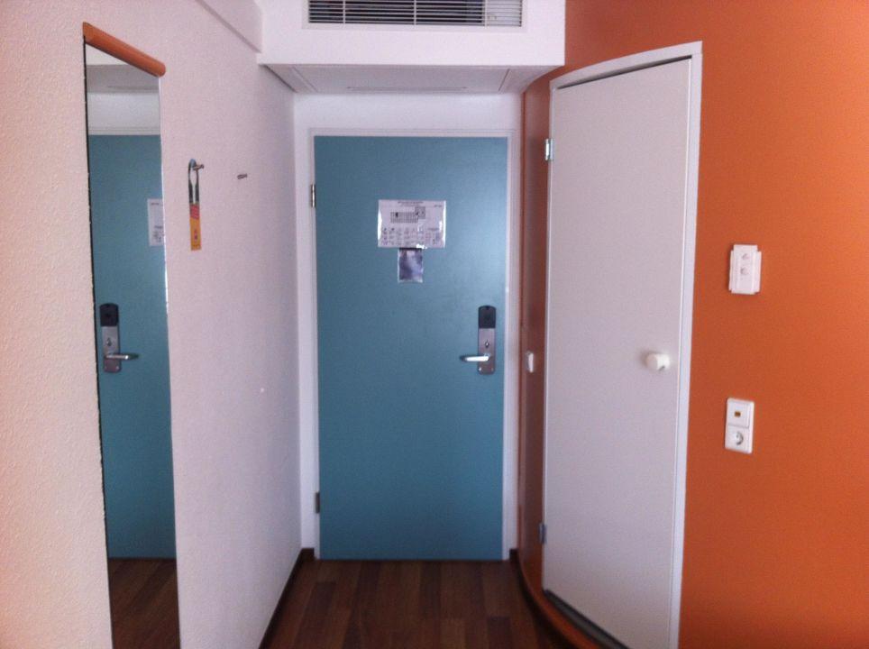 Spiegel, Türen Ausgang und Badezimmer, Klimaanlage\