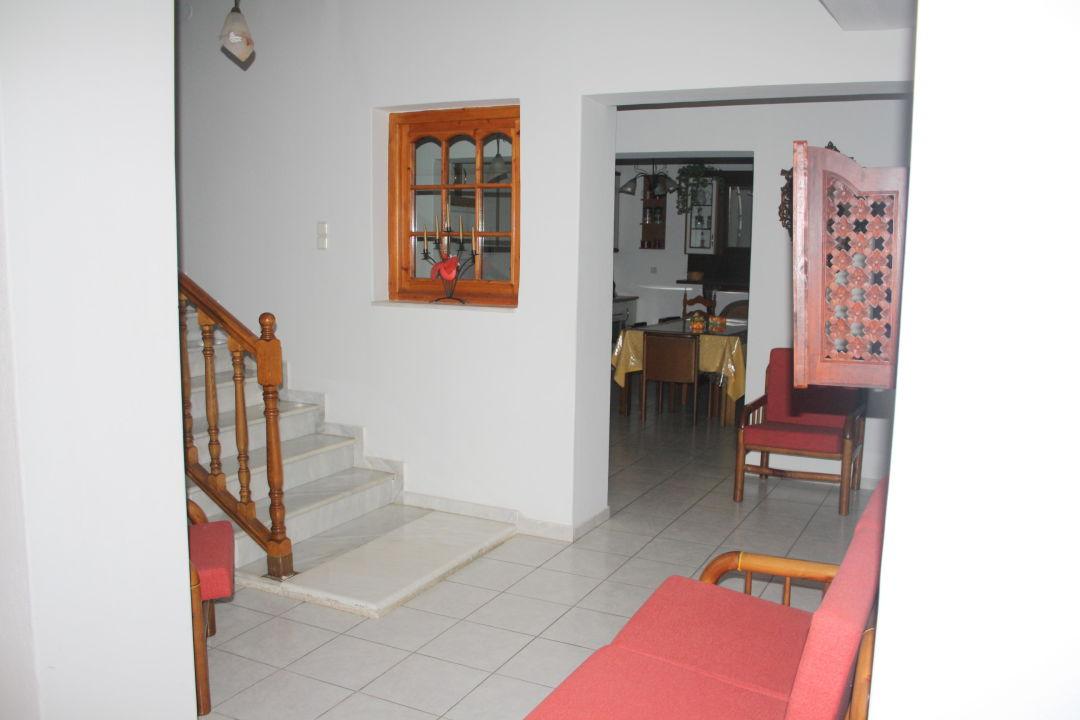 Au sous-sol, 3 chambres et 1 grande cuisine\