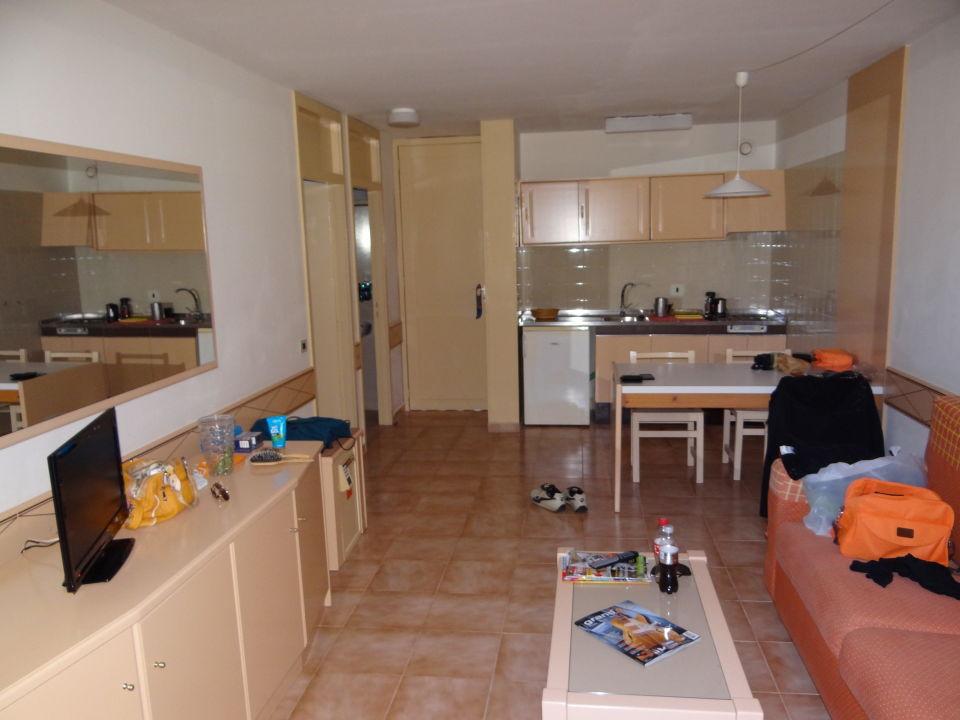 Blick ins Wohn-Esszimmer mit Küche Zimmer 743\