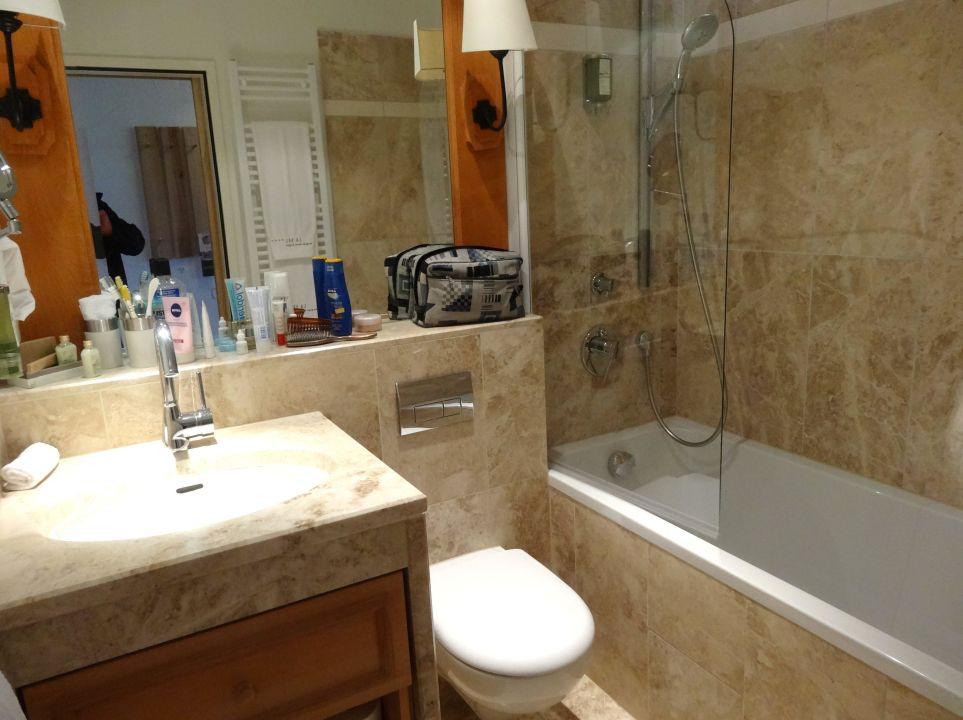 kleines badezimmer mit regendusche in der wanne bergspa hotel la val breil brigels. Black Bedroom Furniture Sets. Home Design Ideas