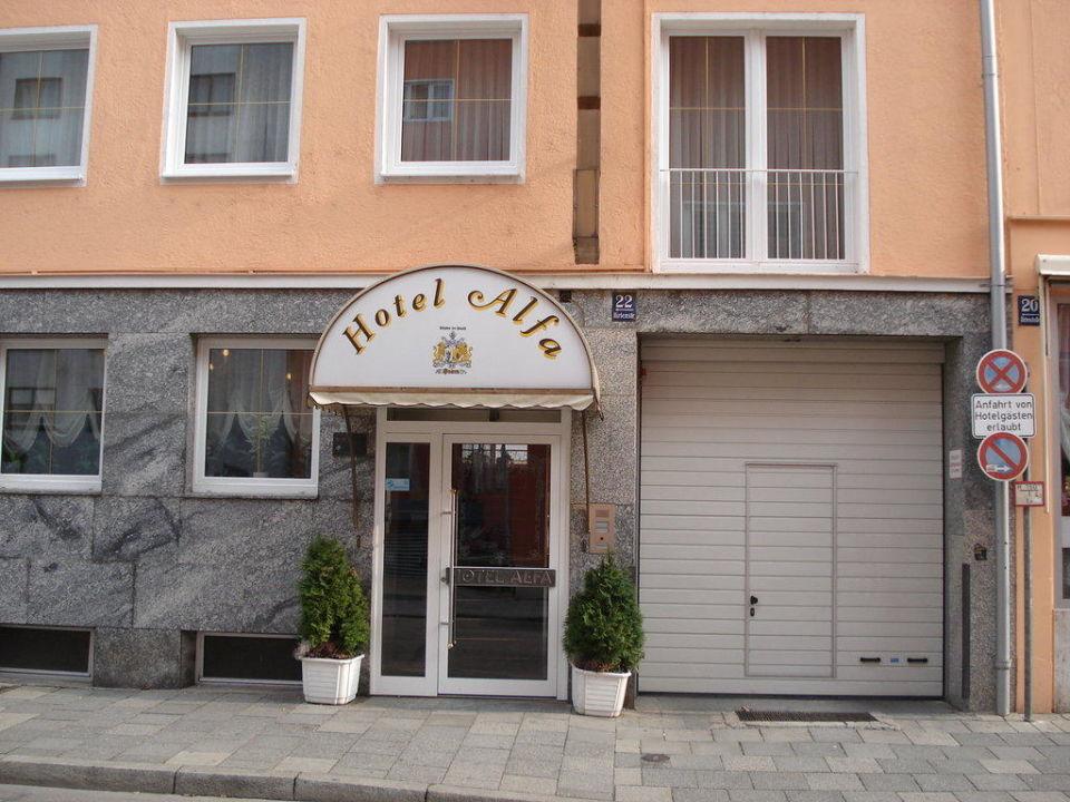 Hoteleingang Mit Garagentor Hotel Alfa Zentrum Munchen