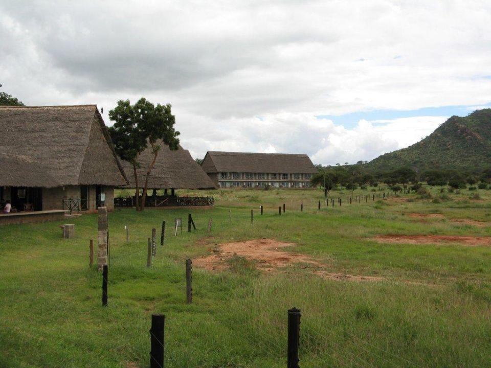 Blick auf die Bar und einen Teil der Zimmer Hotel Voi Wildlife Lodge