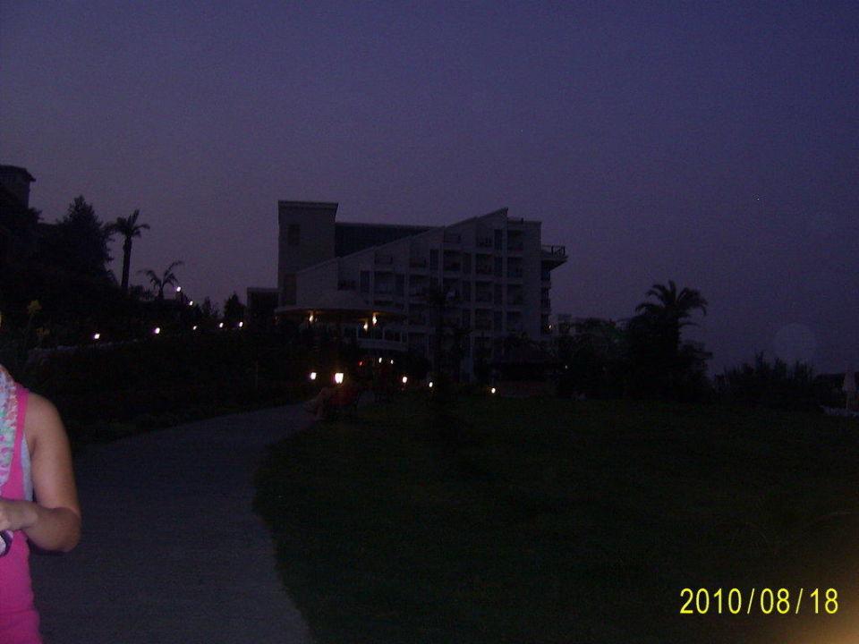 Отель вечером Hotel Royal Atlantis Spa & Resort