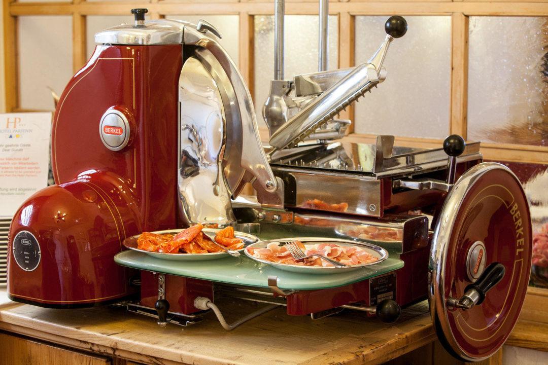 Die 50 jährige Berkelaufschnittmaschine Hotel Parsenn